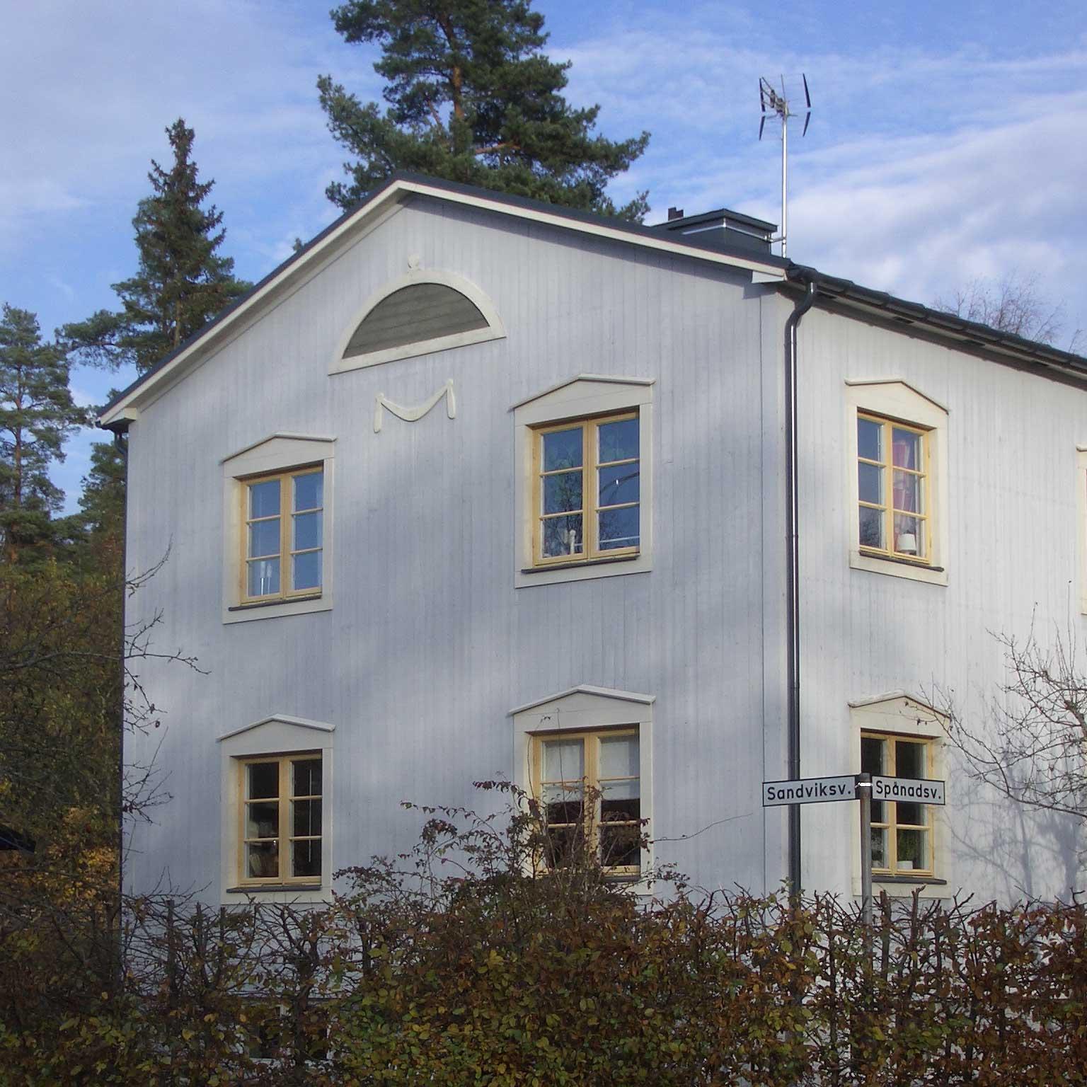 Blindfönster och festong på gaveln. För att förstå mer detaljerna på huset bör kan titta på originalet, Villa Snellman i Djursholm. Bilder finns på internet.